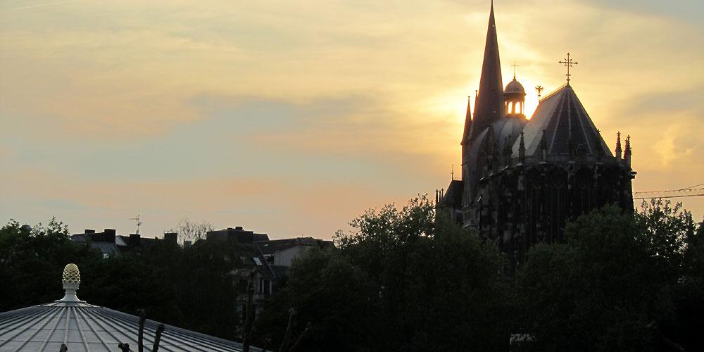 Elisenbrunnen und Dom im Abendlicht
